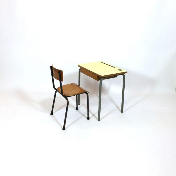Bureau pour enfant et sa chaise.