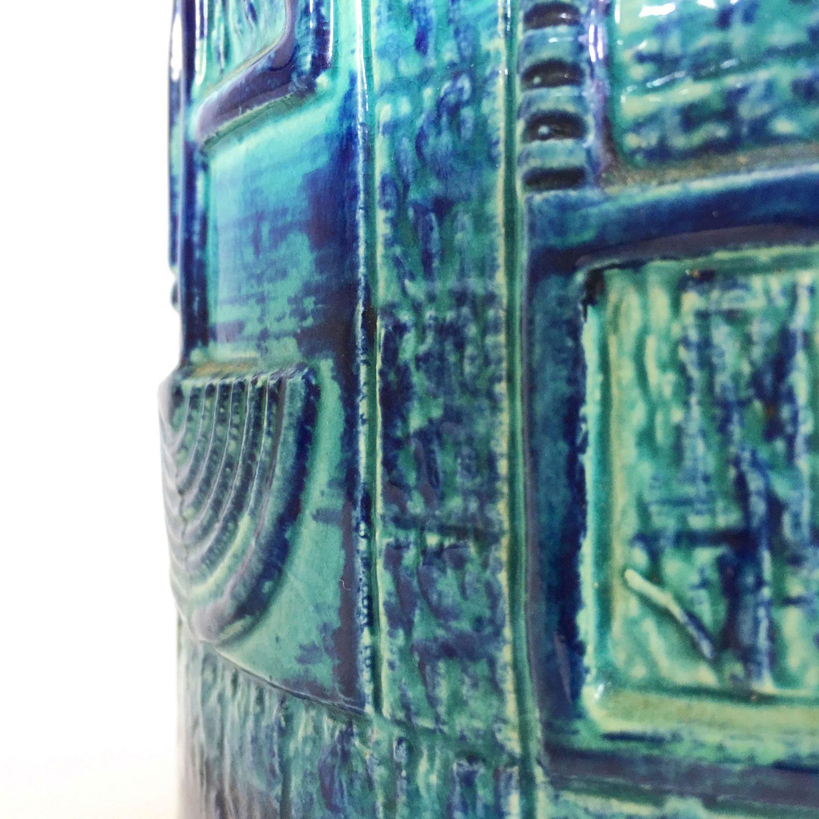 Vase en céramique vernissée bleue.