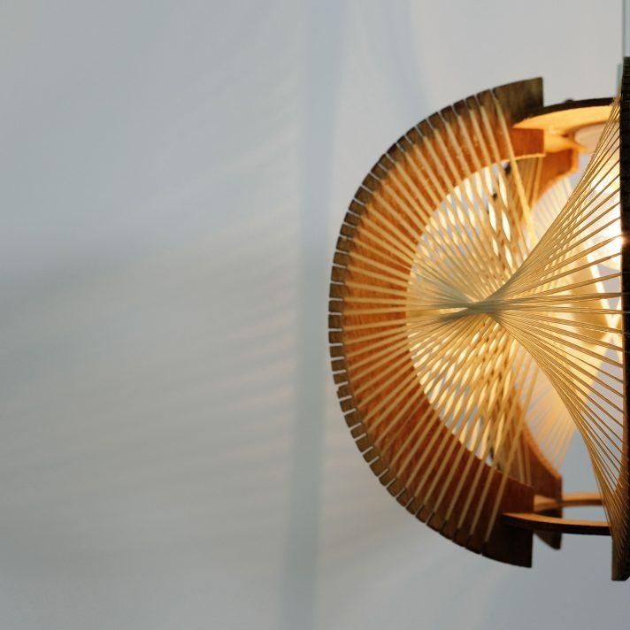 charmante suspension en fil et bois des ann es 60 lampandco. Black Bedroom Furniture Sets. Home Design Ideas