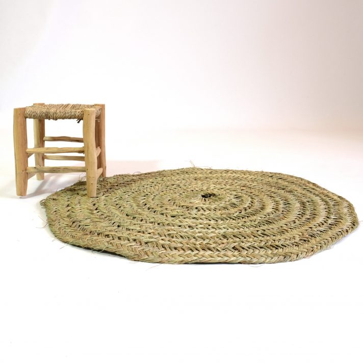 Tapis rond en fibre naturelle.