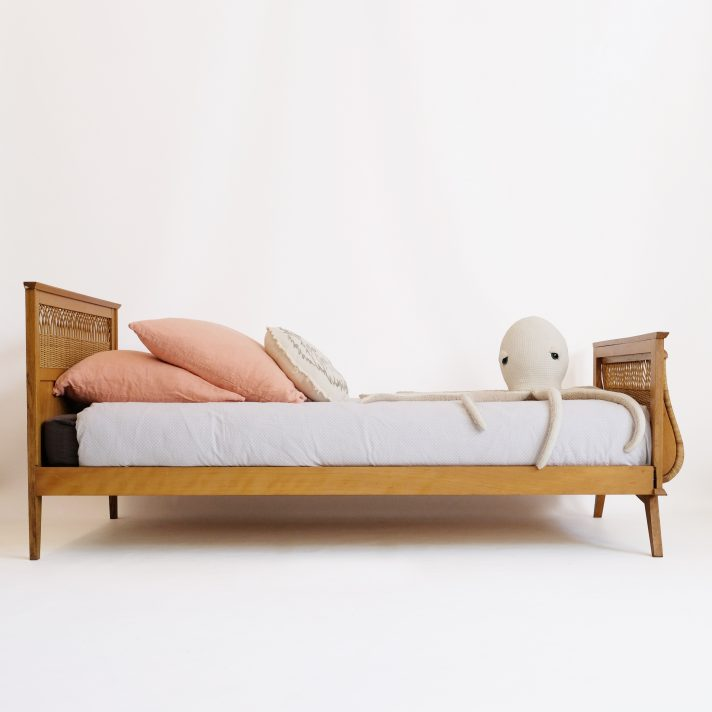 Wooden bed structure with a rattan decor, 90x190cm.