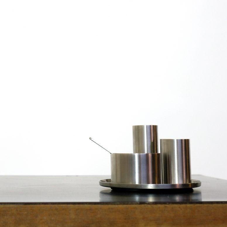 Ensemble sel poivre moutarde de la série Cylinda dessinée par Arne Jacobsen pour Stelton en 1967.