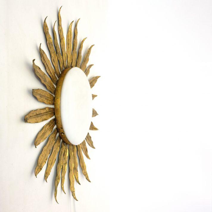 Grande applique soleil en métal doré et opaline blanche, 1970s.