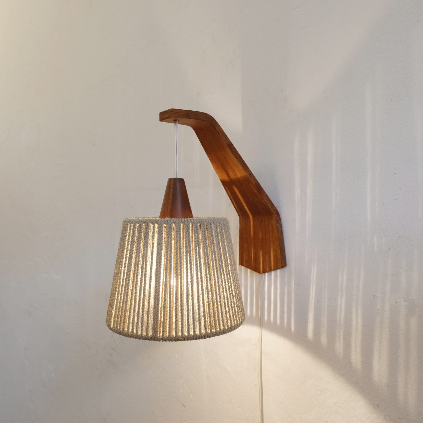 Wood and rope wall lamp from the sixties.