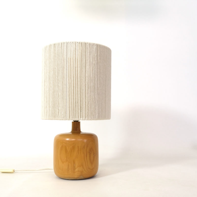 Elm table lamp with a rope shade, 1970s-1980s.