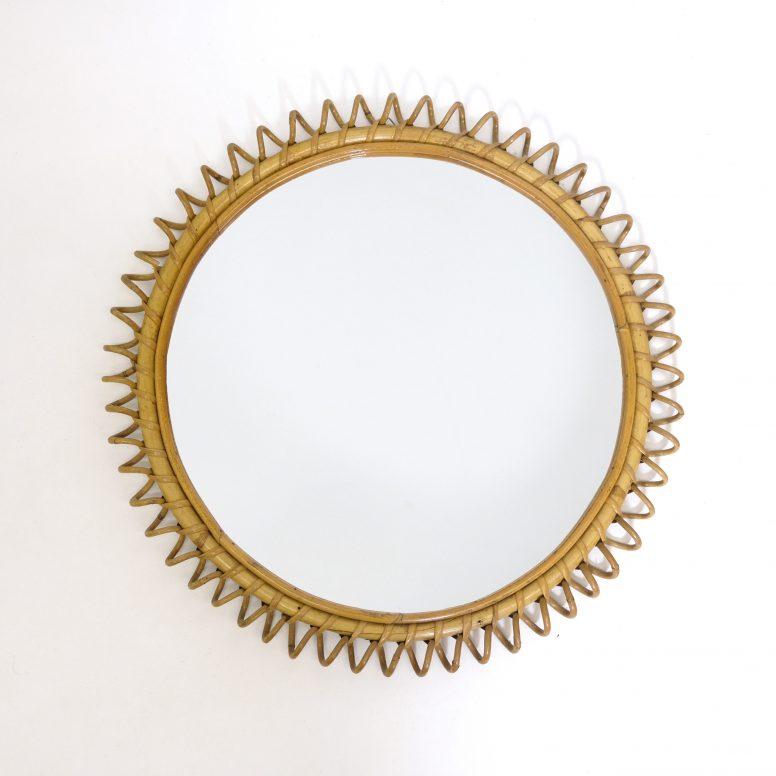 Miroir avec un cadre en spirale de rotin, Italie, 49 cm.