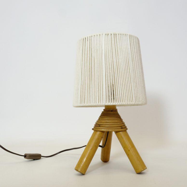 Petite lampe de table en bambou et son abat-jour en corde.